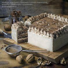 Biszkopt orzechowy z kawowym kremem mascarpone, powidłami i cynamonem