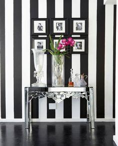 Eine schwarz-weiß gestreifte Tapete setzt einen modernen Akzent im Interior. Die Pinkfarbene Orchidee verleiht dem Ensemble einen frischen und femininen Look!