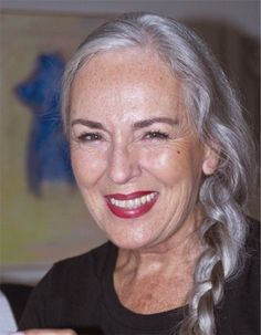 Perfectly youthful and lovely. The definition of aging gracefully. I hope this woman knows that so many people think she is so beautiful. Going Gray Gracefully, Aging Gracefully, Grey Hair Inspiration, Long Gray Hair, Beautiful Old Woman, Ageless Beauty, Silver Hair, Alter, Divas