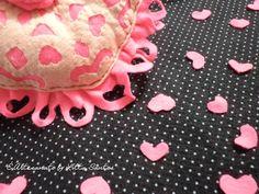 Detalhe da almofada de coração em feltro vazado by Litta Santos É 100% artesanal, cortada e costurada a mão...  Visite: o blog http://littasantos.blogspot.com.br a fanpage: https://www.facebook.com/e.artesanato.by.litta.santos