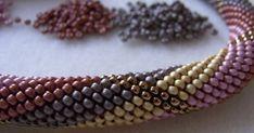 Es hat etwas gedauert, aber ich habe das dritte Muster für meine Drehwurm-Kette, die als Kurs auf der Perlenmesse in Hamburg angeboten wird,... Beaded Bracelets, Jewelry, Bead Crochet, String Of Pearls, Hamburg, Breien, Patterns, Jewlery, Jewerly