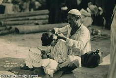 🌎──────────── A street barber in Cairo. Egypt, 1936. 🇧🇷──────────── Um barbeiro de rua em Cairo. Egito, 1936. 🇪🇸──────────── Un barbero callejero en Cairo. Egipto, 1936. 🇮🇷──────────── آرایشگر خیابانی در قاهره، مصر، 1936  [ #hg_workers | @historygram ]  〰〰〰〰〰〰〰〰 Fuente : ▪️ Historical images channel  Admin: @Clandium Portuguese caps by: @BertBerw Spanish caps by: @dospina  Persian caps by: @Smartgraphy  For 🇮🇹, 🇫🇷 & 🇷🇺: @historygramEurope  Partners: @virginpunch | @artsstyle
