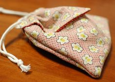 Japanese Origami bag, cute, Free Tutorial.    from Mairuru blog  I have made a few of these, and am quite charmed by them. They go together pretty quickly and depending on the fabric you use, they can make a nice evening bag or a fun bag for a little girl.