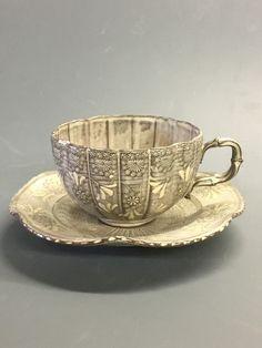 """普段に少しの贅沢を...ちょっと一服.コーヒー・ラテ・紅茶・日本茶普段のお湯呑に最適なサイズのセットです.竹をモチーフにした竹華シリーズ.持ち手は、陶楽の得意とする細工のひとつです.優雅な見た目でありながら、竹のモチーフが男性にも好まれる逸品です.いつも使うからこそ、思いっきり贅沢を楽しみませんか...ちょっと一服...を京都清水焼で.<森里陶楽 こだわりの様>""""優美で華やか、使う人の心に華を咲かせる器""""繊細な印華文様と、それを生かすシルエットの表現にこだわっています.京都清水焼の伝統技法を施しながら、洋風な空間にもマッチする陶楽ならではの作品をお愉しみください.<陶楽の紫三島シリーズ>三島手の技法""""印華""""をふんだんにあしらい、淡い色合いに焼成した紫三島シリーズ.一般的に知られる三島手の色合い(灰色)から、試行錯誤を重ね陶楽独自の三島手を生み出しました.<贈答品としても>日々の暮らしに溶け込む作品.陶楽の作品は、優雅な空間でも映えますが、普段の暮らしにも馴染む事が特徴です.特別な器でありながら気取らず使える逸品...使う度、頂いたお相手に想いを馳せる瞬間に彩を添えます.また、金彩で名入 Coffee Cups, Tea Cups, Tableware, Coffee Mugs, Dinnerware, Tablewares, Coffee Cup, Dishes, Place Settings"""
