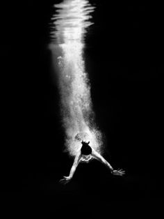 Black & White Photography Inspiration : Top 10 Most Amazing Black And White Photos Top Inspired Foto Picture, Photo D Art, Black N White, Black And White Pictures, Black Swan, White Art, White Tops, Black Tops, Underwater Photography
