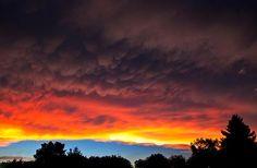 Esta belíssima foto mostra um pôr do sol incomum. As nuvens de variadas cores são um Undulus Asperatus, um novo tipo de formação de nuvens. Esse tipo de evento foi oficialmente reconhecido em 1951, e é raro.