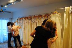 Contás con la posibilidad de probarte alguno de nuestros vestidos!