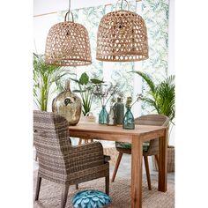 Met behulp van een lekker groen behangetje en #meubelen gemaakt van natuurlijke materialen haal je de #natuur in je #eetkamer. #verlichting #hout #eetkamerstoel #eettafel