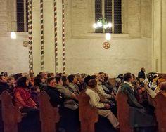 Menschen in der Pfarrkirche Sankt Marien in Gransee, Brandenburg, Deutschland