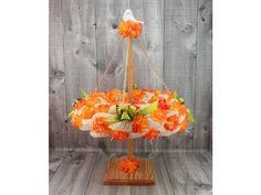 Jarní dekorační věnec zavěšený na dřevěném stojánku jako májka.  Ø věnce 32cm, výška 47cm  Pouze jeden originální kus.