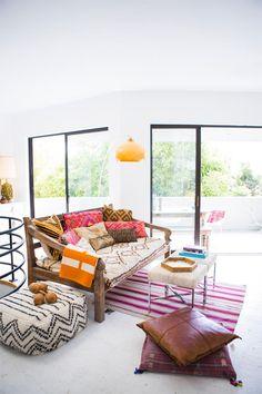 Una casa de verano con toques étnicos (muy boho) · A summer home with ethnic vibes (very boho too)