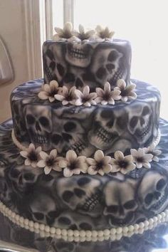 Check Out 20 Halloween Cake Ideas To Try Right Now. Halloween is one of the best times to put your spooky and creative side to work. Halloween Chic, Scary Halloween Cakes, Bolo Halloween, Halloween Torte, Pasteles Halloween, Spirit Halloween, Halloween Treats, Halloween Skull, Halloween Weddings