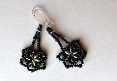 Ekorale: Kolczyki z Superduo - czarne kwiaty