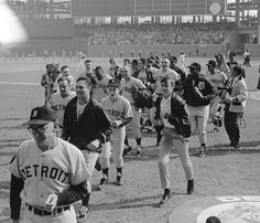 The DETROIT TIGERS leaving the field October 10th, 1968. Espn Baseball, White Sox Baseball, Detroit Sports, Detroit Tigers Baseball, Detroit News, Baseball League, Braves Baseball, Baseball Photos, Baseball Bats