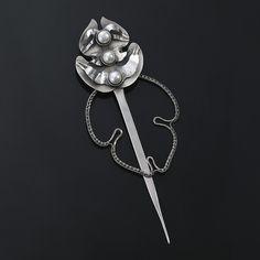 Wyjątkowa szpila – spinka wykonana ze srebra próby 925 i 999 oraz pereł od Sztuk Kilka