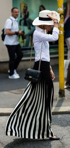 Very chic and stylish black and white spring outfit idea Source