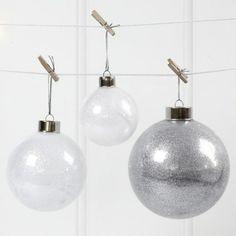 Julekugle man kan bruge til julebordet. Julekuglen pyntes med glimmer indeni.
