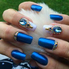 O glitter se escondeu um pouco para dar lugar a mais nova tendência nos salões de beleza: pedrarias como adorno para as unhas.