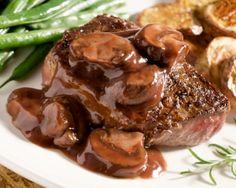ENTRECOTE A LA BORDELAISE (Pour 4 P : 4 entrecôtes (de 200 g pièce), 2 os à moelle, 1 citron (en rondelles), 2 c à s d'huile de colza, mélange de poivres à steak, sel de Guérande) (SAUCE : 4 échalotes, 50 cl de vin rouge de Bordeaux, 1 verre d'eau, 2 c à s de fond de bœuf, 2 c à s d'huile de colza, 2 c à s de maïzena)
