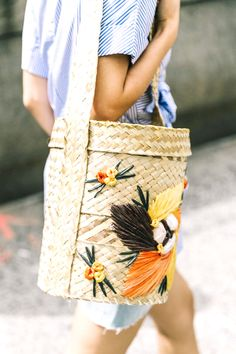 Spotted: Vintage Souvenir Straw Bags There's no doubt that at some point during my childhood, I convinced my parents to buy me a straw tote while on vacation, emblazoned with the word Trendy Mood, Sacs Design, Collage Vintage, Der Arm, Straw Tote, Basket Bag, Clutch, Spring Trends, Mode Inspiration