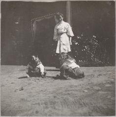 """Olga e Tatiana """"Tanichka"""" Pistohlkors, sobrinhas de Anna Vyrubova, sendo observadas por sua enfermeira."""