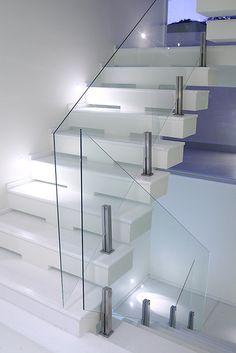 escada - guarda corpo em vidro e iluminação em led