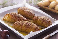 Le patate hasselback sono un piatto della cucina svedese cotte in forno: vengono incise e farcite di formaggio grattugiato ed erbe aromatiche.
