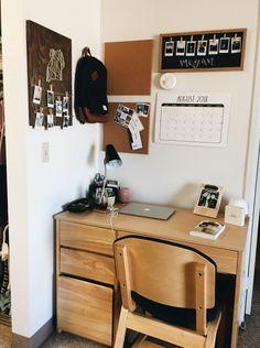 40 Classy Dorm Room Organization Ideas You Must Have Dorm Room Desk, Cool Dorm Rooms, College Dorm Rooms, College Desks, Dorm Desk Decor, College Games, Uni Room, College Dorm Decorations, Dorm Room Wall Decorations