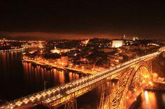A Ponte Luís I ou Luiz I, é uma ponte em estrutura metálica com dois tabuleiros, construída entre os anos 1881 e 1888, ligando as cidades do Porto e Vila Nova de Gaia (margem norte e sul, respectivamente) separadas pelo rio Douro, em Portugal. <br /> <br />Esta construção veio substituir a antiga ponte pênsil que existia no mesmo local e foi realizada mediante o projecto do engenheiro belga Théophile Seyrig, que já tinha colaborado anteriormente com Gustave Eiffel na construção da ponte…