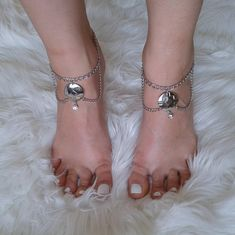 GEO silver rhinestone anklet Hand Chain, Silver Rhinestone, Anklets, Geo, Hands, Detail, Pendant, How To Wear, Pendants