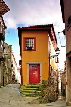 Rua dos Pelames, à esquerda e Travessa do Souto, à direita. Porto.