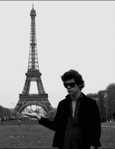 I want to go to Paris so bad! And plus, I now need to do this so I can do what Harry did:) (gif)