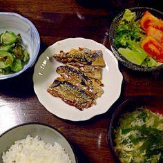 秋刀魚は刺身か蒲焼き派です。 - 2件のもぐもぐ - 秋刀魚の蒲焼き、きゅうりわかめカニカマの酢の物、レタストマトブロッコリーのサラダ、ニラと玉子の味噌汁 by pinkrain