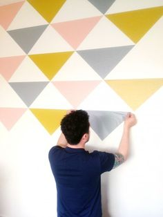 Oh I Design - DIY nursery or accent wall with triangles of removable wall-paper (video tutorial) Diy Wall, Wall Decor, Wall Art, Diy Tapete, Papel Contact, Contact Paper, Mur Diy, Inspiration Wand, Do It Yourself Baby