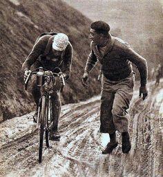 Tour de France 1932. 5^Tappa, 12 luglio. Pau > Luchon. Col d'Aubisque. André Leducq (1904-1980) viene incitato da un tifoso d'eccezione: Antonin Magne (1904-1983), già vincitore del Tour 1931.