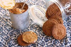 biscuiti caramel cu crema caramel 1 Peanut Butter, Caramel, Cookies, Food, Sticky Toffee, Crack Crackers, Candy, Biscuits, Essen