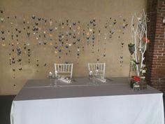 Tavolo degli sposi. Farfalle di sfondo tagliate con biglietti show plus
