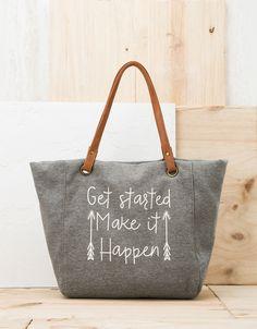 Shopper felpa texto. Descubre ésta y muchas otras prendas en Bershka con nuevos productos cada semana