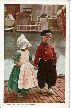 Cute little Dutch children Grietje en Jan van Volendam, Vintage Pictures, Old Pictures, Old Photos, Delft, Folklore, Les Innocents, Hansel Y Gretel, Vintage Illustration, Dutch People