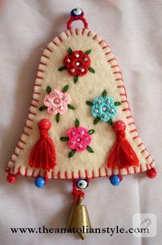 ve bunu yapan kişi yazıda türklerin geleneksel süslem… decor ornaments made of felt. And the person who does this says that I used the traditional decorations of the Turks. Xmas Crafts, Felt Crafts, Crafts To Sell, Fabric Crafts, Felt Christmas Decorations, Felt Christmas Ornaments, Christmas Fabric, Crochet Ornaments, Crochet Snowflakes