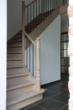 Escalier quart tournant en chêne avec barreaux en fer forgé Vestibule, Staircase Railing Design, West Indies Style, Caribbean Homes, Stairways, Fixer Upper, Interior Design Living Room, House Plans, Sweet Home