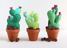 If you love cactus and sewing, this project is perfect for you! Decorate your home or your sewing area with this cactus felt with FREE pattern and tutorial! Felt Diy, Felt Crafts, Crafts To Make, Diy Crafts, Cactus Craft, Cactus Decor, Suculentas Diy, Felt Succulents, Deco Rose