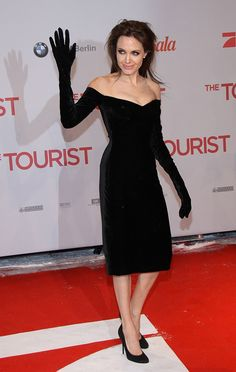 Angelina Jolie in Versace at the at the Berlin Premiere of The Tourist, Dec 2010 Divas, Angelina Jolie Style, Versace Dress, Evolution Of Fashion, Black Dress With Sleeves, Black Velvet Dress, Dress Black, Actrices Hollywood, Thing 1