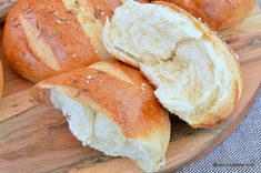 painici cu miez pufos care se desface in pale pale fasii Romanian Food, Romanian Recipes, Cooking Bread, Camembert Cheese, Hamburger, Crafts, Home, Burgers, Crafting