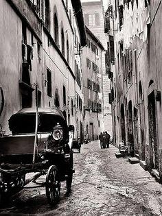 Via del Corno anni 60/70(?), oggi è una via tranquilla sembra un'isola nel mare del casino turistico.#ConosciFirenze.