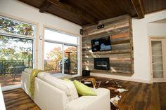 ... panneau mural en lattes de bois et écran TV plasma à fixation murale