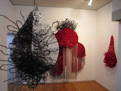 野田睦美展/アートライフみつはし 絹糸、毛糸、ポリエステルの組紐、紙、棕櫚縄など多彩な素材を 用い、様々な技法を駆使して作られた染織作品、らしい 宇宙人の落し物といわれても違和感がない