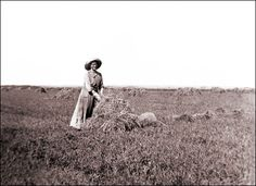 Pioneer Life, Pioneer Woman, Courageous People, Farm Clothes, American Spirit, Old Barns, Historical Pictures, Old West, Women Life