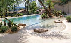 Revestimento moldável para piscina - Cristal Pool. Lembra a areia e flexível a variedade de formatos de piscinas e bordas.