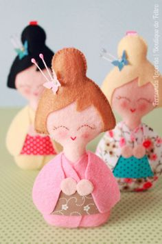 Boutique do Feltro - Adorable tutorial / DIY doll pattern in kimonos - translate… Diy Doll Pattern, Doll Patterns, Felt Diy, Felt Crafts, Diy Crafts, Felt Dolls, Doll Toys, Thinking Day, Kokeshi Dolls